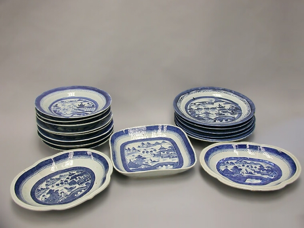 Lot image - GROUP OF CHINESE EXPORT BLUE AND WHITE PORCELAIN ARTICLES  Circa 1820  Average diameter 8 1/2 inches (21.5 cm)