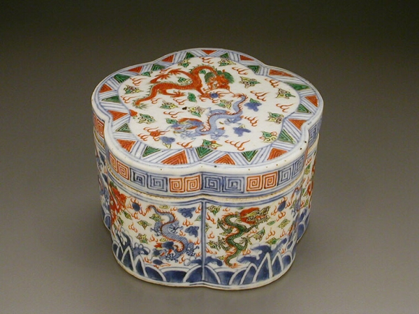 Lot image - MING STYLE ENAMELED PORCELAIN HEXALOBED BOX AND COVER  Possibly Japanese, 19th century  Diameter 5 1/4 inches (13.4 cm)