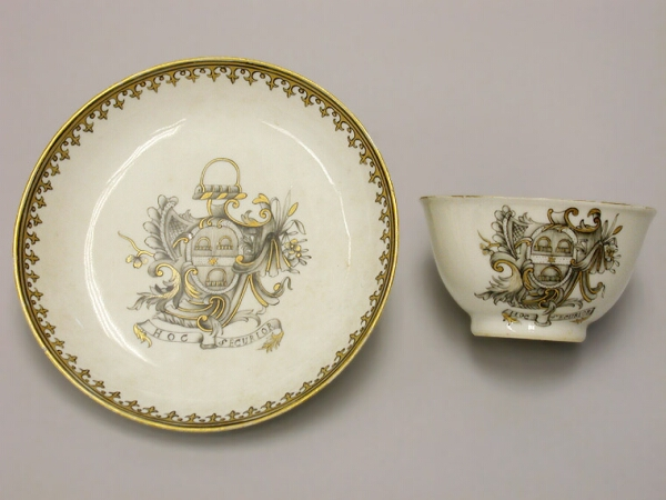 Lot image - CHINESE EXPORT PORCELAIN TEA BOWL AND SAUCER Circa 1750 Diameter of saucer 4 3/4 inches (12 cm)