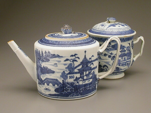 Lot image - CHINESE EXPORT BLUE AND WHITE PORCELAIN CYLINDRICAL TEAPOT AND LARGE COVERED SUGAR BOWL  Late 18th and early 19th centuries  Heights 5