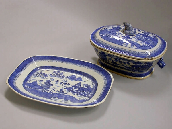 Lot image - CHINESE EXPORT BLUE AND WHITE PORCELAIN COVERED TUREEN AND STAND  Early 19th century  Length 10 1/2 inches (26.6 cm)