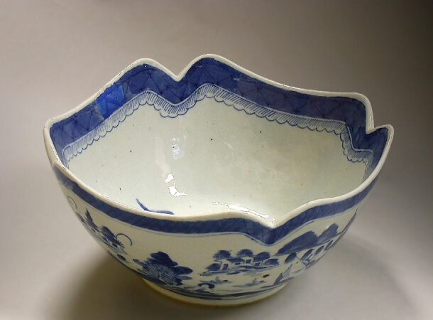 Lot image - CHINESE EXPORT BLUE AND WHITE PORCELAIN FRUIT BOWL  Early 19th century  Length 9 1/4 inches (23.5 cm)