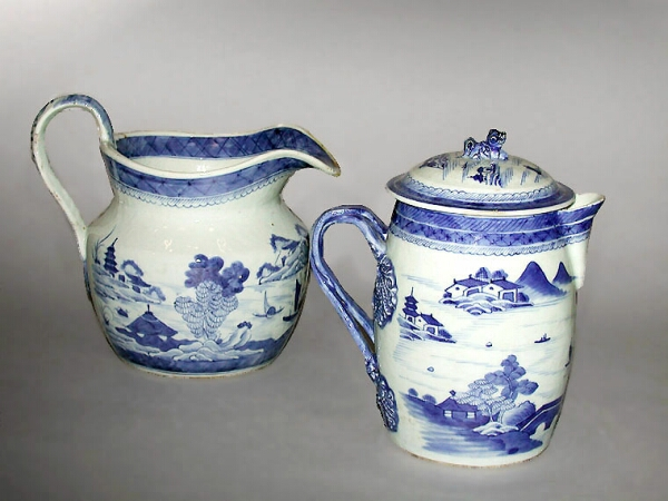Lot image - CHINESE EXPORT BLUE AND WHITE PORCELAIN COVERED JUG AND LARGE PITCHER  Early 19th century  Heights 7 3/4, 6 1/2 inches (19.7, 16.5 cm)