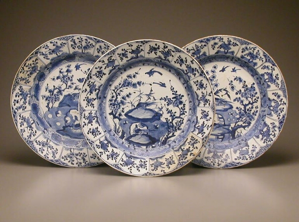 Lot image - THREE CHINESE EXPORT BLUE AND WHITE PORCELAIN DISHES  Kangxi Period (1662-1722)  Diameters 14 3/4, 15, 15 inches (37.5, 35.5, 35.5 cm)