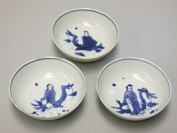 Lot image - SET OF THREE CHINESE EXPORT BLUE AND WHITE PORCELAIN KO-SOMMETSUKE SAUCERS  Circa 1610-1620  Diameters 3 3/4 inches (9.5 cm)