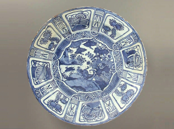 Lot image - CHINESE EXPORT BLUE AND WHITE KRAAK PORCELAIN CHARGER  Shunzhi Period (1644-1661)  Diameter 19 3/4 inches (50.3 cm)