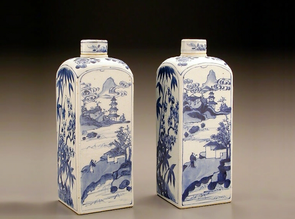 Lot image - PAIR OF CHINESE EXPORT BLUE AND WHITE PORCELAIN GIN BOTTLES AND COVERS FOR THE DUTCH MARKET  Late 17th/early 18th century  Height 10 3/
