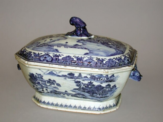 CHINESE EXPORT BLUE AND WHITE PORCELAIN OCTAGONAL TUREEN AND COVER  Circa 1800  Length 12 inches (30.5 cm)