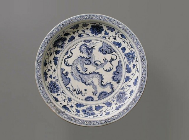 MASSIVE BLUE AND WHITE PORCELAIN DRAGON DISH  Mid 14th century  Diameter 19 3/16 inches (48.7 cm)