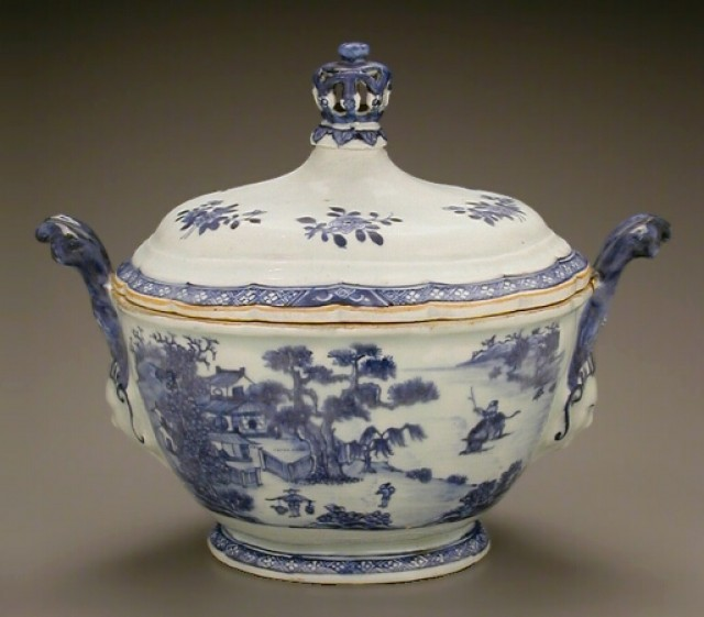 CHINESE EXPORT BLUE AND WHITE PORCELAIN TUREEN AND COVER  Circa 1710 Length over handles 12 3/8 inches (31.4 cm)